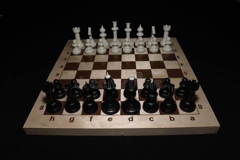 Chessboard i bierki lubimy czasu wolnego temat fotografia royalty free