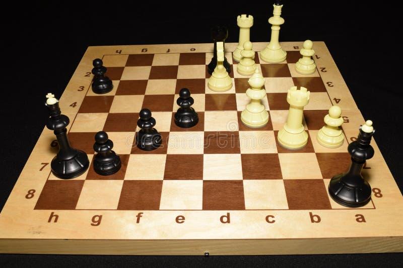 Chessboard i czarne bierki lubimy hobby temat zdjęcie stock