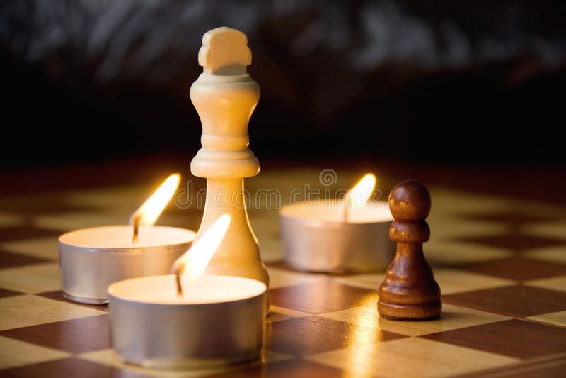 Chessmen auf dem Vorstand lizenzfreies stockfoto