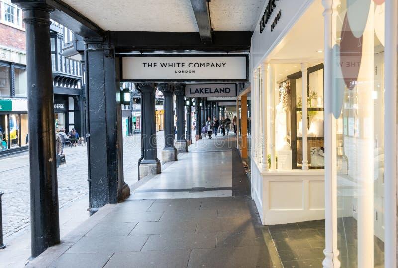 CHESTER, ANGLIA - MASZERUJE 8TH, 2019: Widok highstreet robi zakupy w rzędach, Chester zdjęcie stock