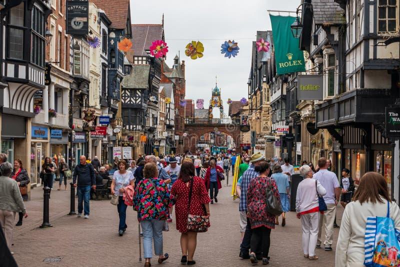CHESTER, HET UK - 26TH JUNI 2019: Een schot onderaan bezige en beroemde highstreet in het midden van Chester, het UK, Juni 2019 royalty-vrije stock fotografie