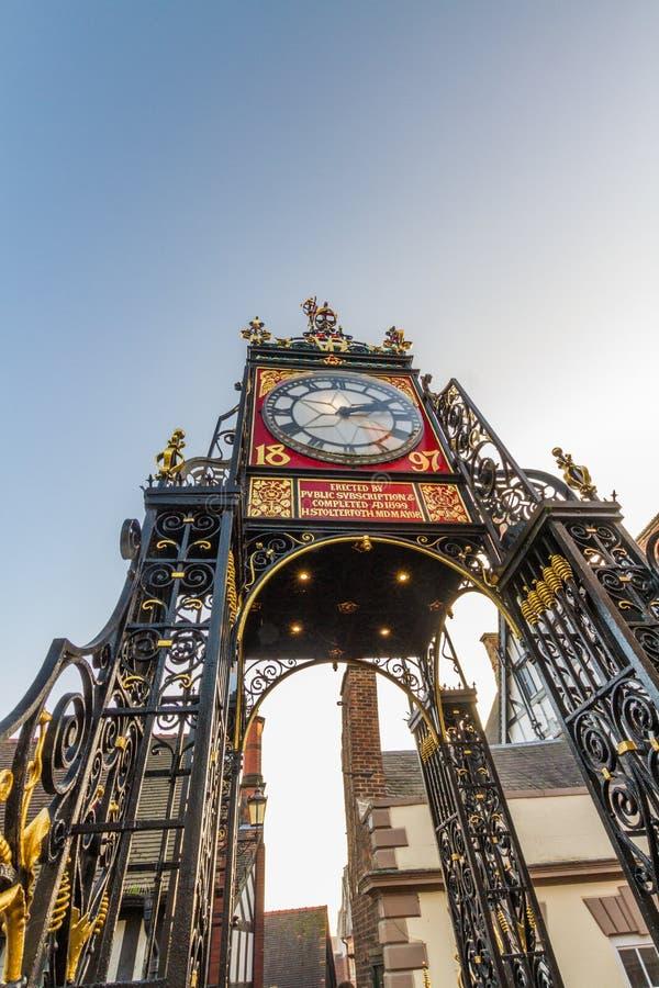 Chester, Inghilterra, l'orologio di Eastgate, ritratto, cielo blu, grandangolare, copyspace immagini stock libere da diritti