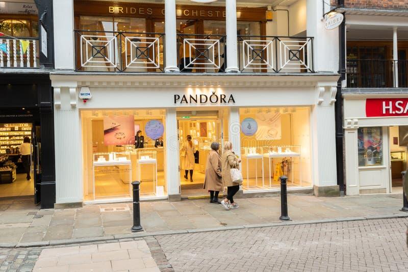 CHESTER, INGLATERRA - 8 DE MARZO DE 2019: Un tiro de la tienda de Pandora en Chester fotos de archivo
