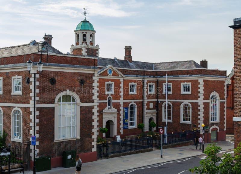 Chester, Reino Unido: 6 de agosto de 2018: La iglesia azul de la capa del ` de los obispos de la High School secundaria de Inglat foto de archivo