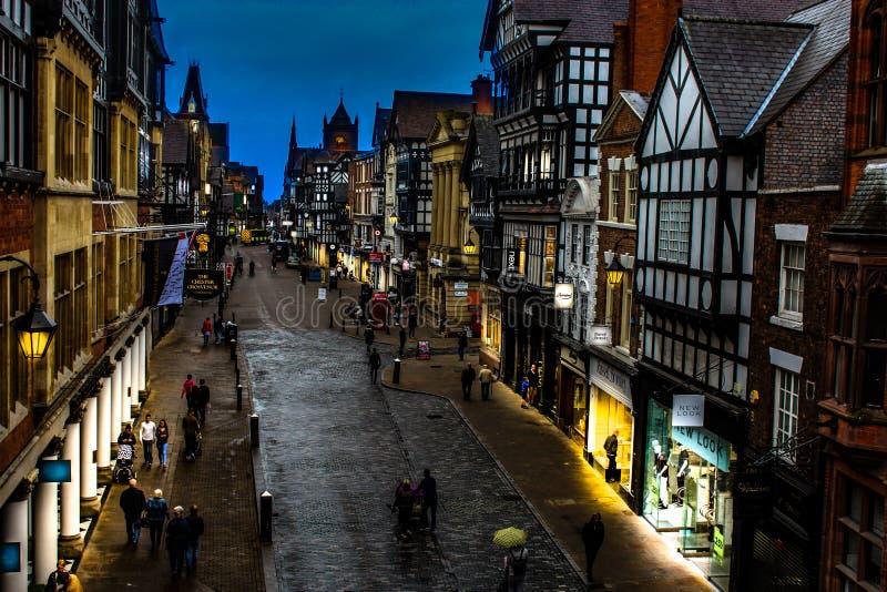 Chester stadsgata på skymning royaltyfri fotografi