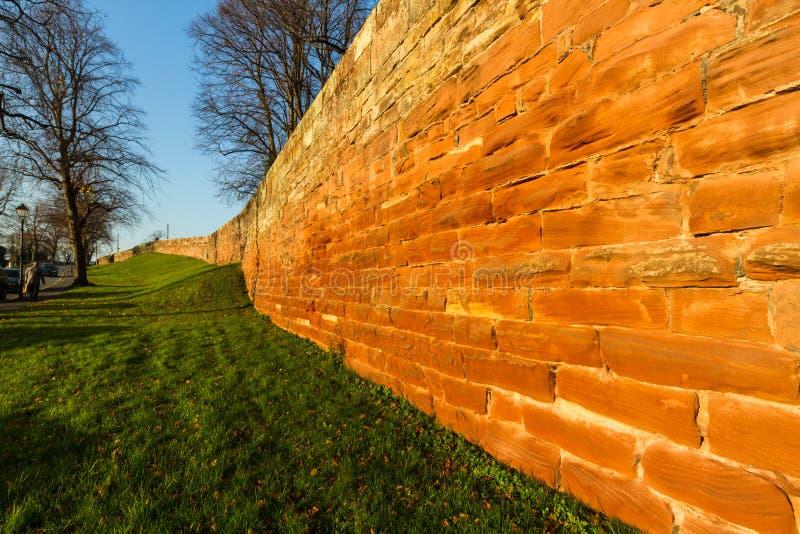 Chester Town Wall, het westenkant in zonlicht, brede hoek stock afbeelding