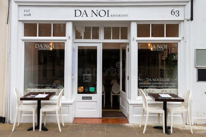 CHESTER UK - 26TH JUNI 2019: Autentisk italiensk restaurang Da Noi i mitt av den berömda roman staden av Chester royaltyfri bild