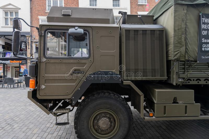 CHESTER UK - 26TH JUNI 2019: En lastbil för armé som HX60 4x4 posteras i Chester City för att rekrytera för den brittiska armén royaltyfria bilder
