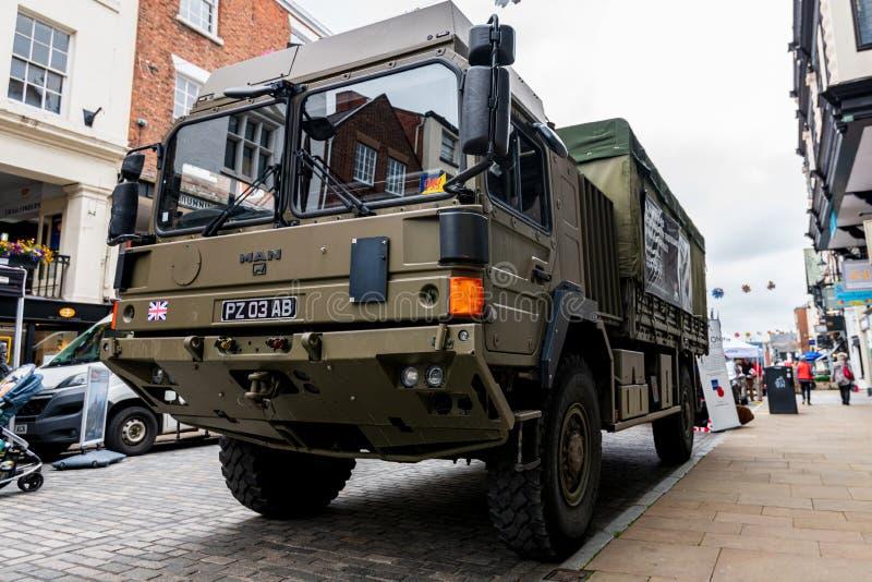 CHESTER UK - 26TH JUNI 2019: En lastbil för armé som HX60 4x4 posteras i Chester City för att rekrytera för den brittiska armén arkivbild