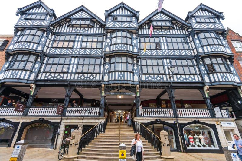 CHESTER UK - 26TH JUNI 2019: Framdelen av den Grosvenor shoppingmitten i mitt av Chester, Chestershire, UK arkivfoto
