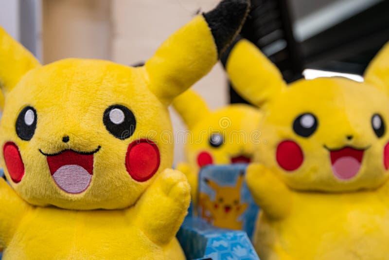 CHESTER UK - 26TH JUNI 2019: Grupper av Pikachu plyscher sitter på en hylla som väntar på upphetsade barn att komma att köpa dem arkivfoton