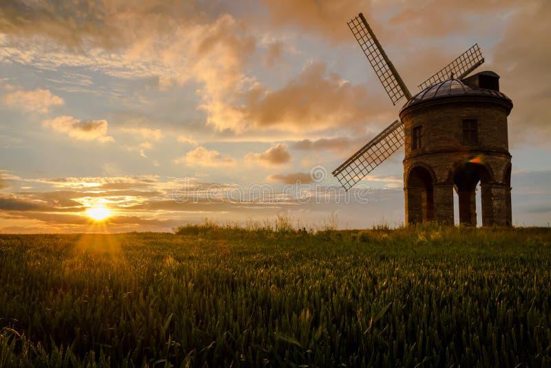 Chesterton väderkvarn, Warwickshire Under en härlig sommarsolnedgång arkivbild