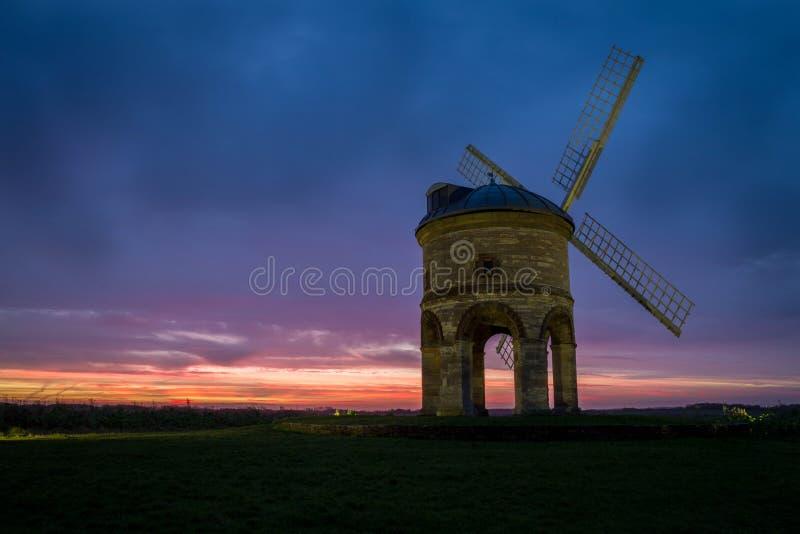 Chesterton väderkvarn, Warwickshire Under en härlig vintersoluppgång royaltyfria foton