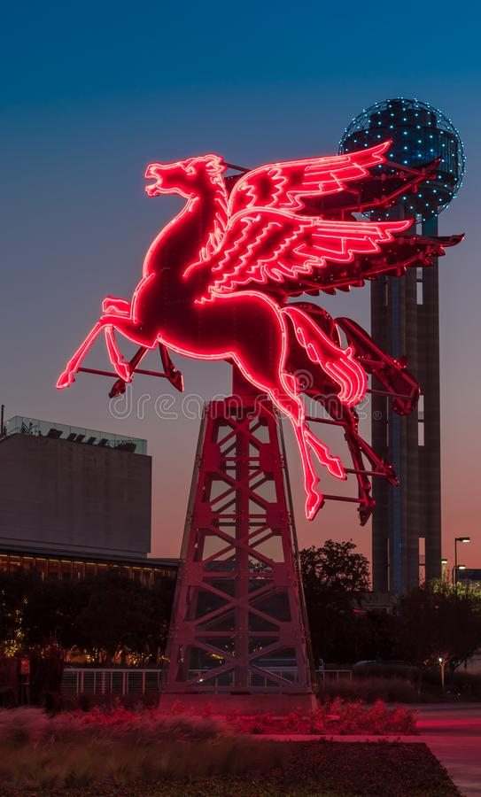 Cheval au néon de Pegasus rougeoyant rouge en Dallas Texas photographie stock