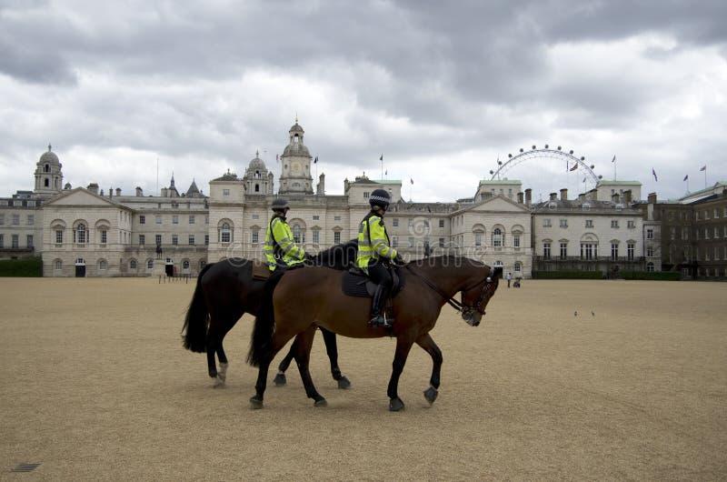 Cheval d'équitation femelle de police photographie stock libre de droits