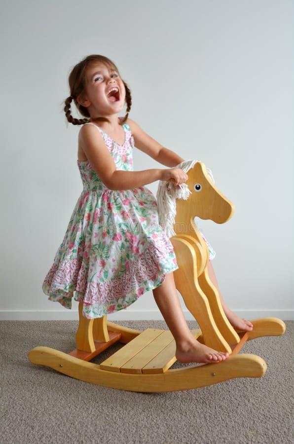 Cheval d'oscillation en bois images stock