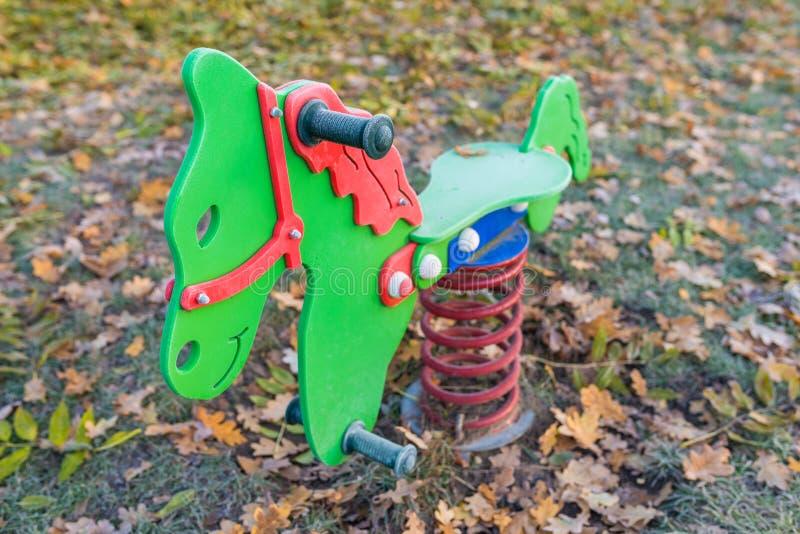 Cheval de basculage coloré vide de ressort photo stock