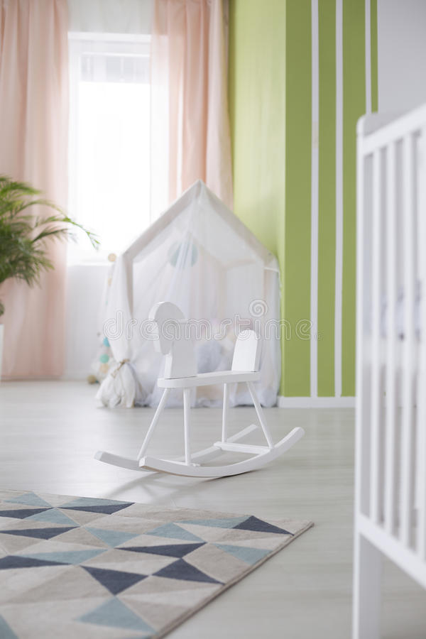 Cheval de basculage dans la chambre de bébé image libre de droits