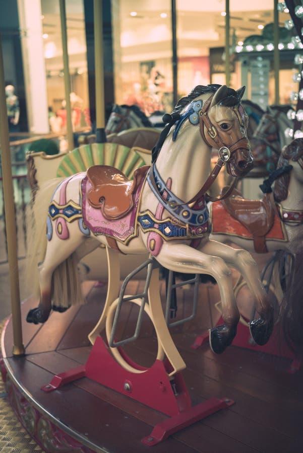 Cheval de carrousel sur un manège de carnaval photos stock