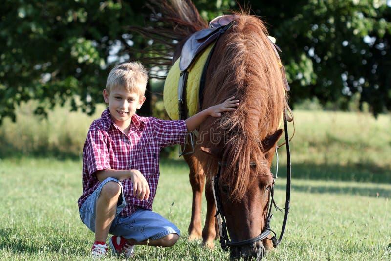 Cheval de garçon et de poney photographie stock