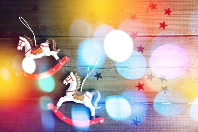 Cheval de jouet de vintage avec des lumières de Noël photographie stock