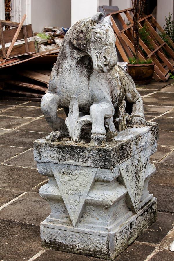 Cheval en pierre découpé sur la plate-forme avec le style chinois photos stock