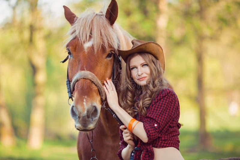 Cheval et fille avec le chapeau de cowboy photographie stock