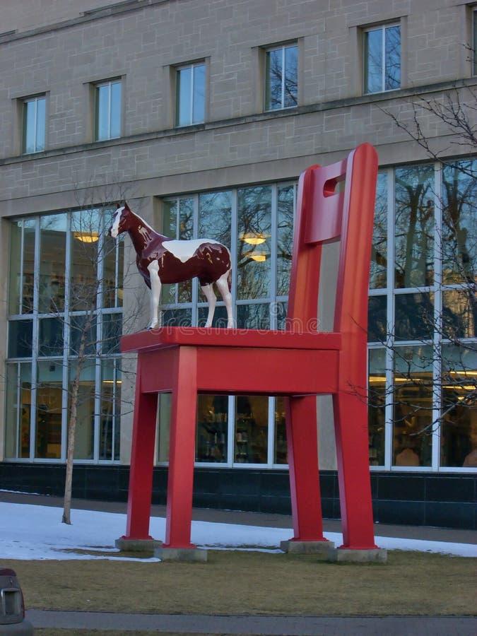 Cheval sur une chaise images libres de droits
