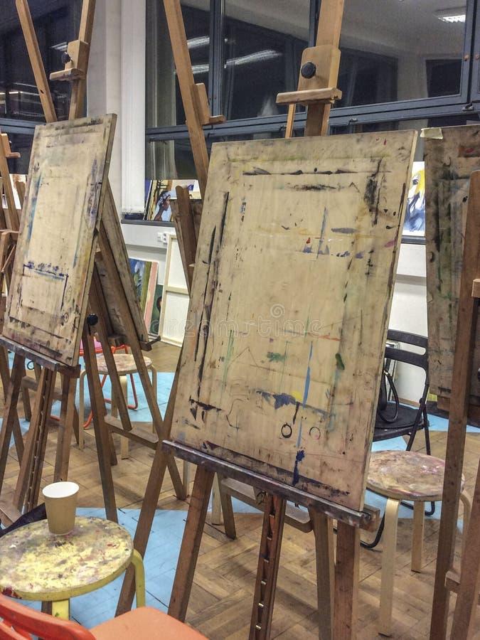Chevalet en bois dans un studio, école d'art photographie stock