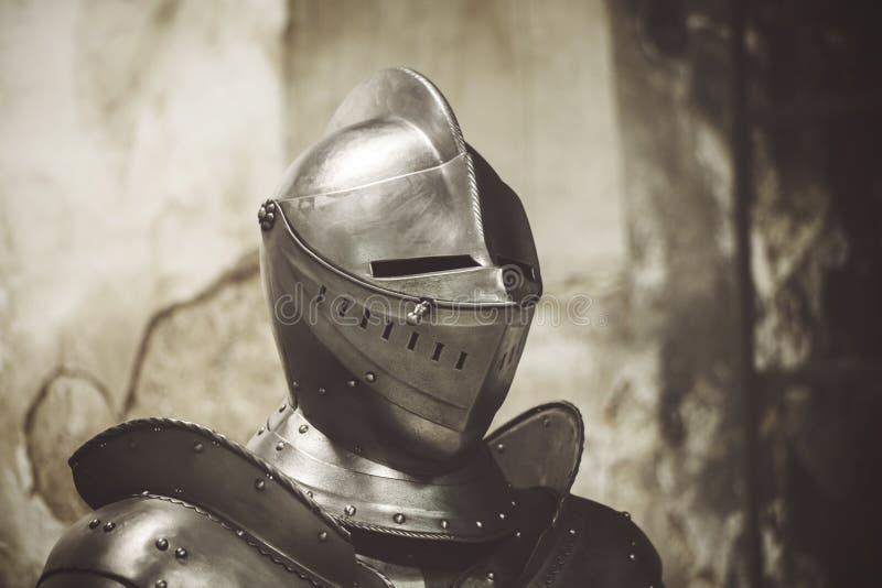 Chevalier dans l'armure brillante Casques en métal de détail photos stock