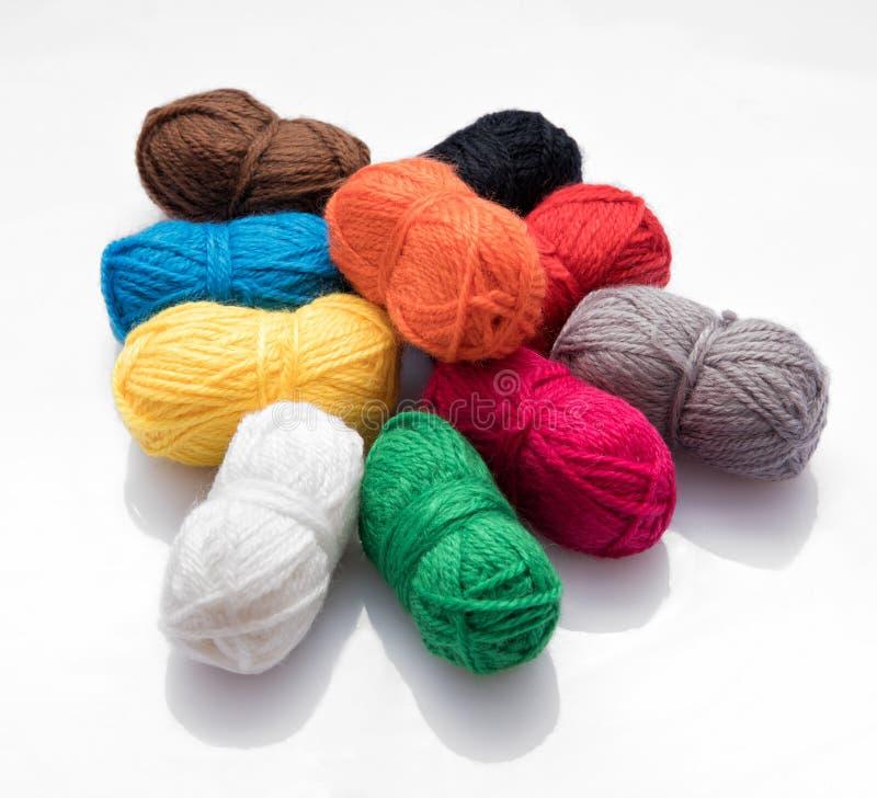 Chevalier de différentes balles de laine de couleur photo stock