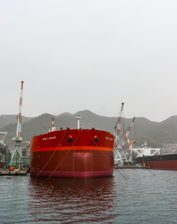 Chevalier de FPMC C (bateau-citerne de pétrole brut) au chantier naval de Kure au Japon image libre de droits