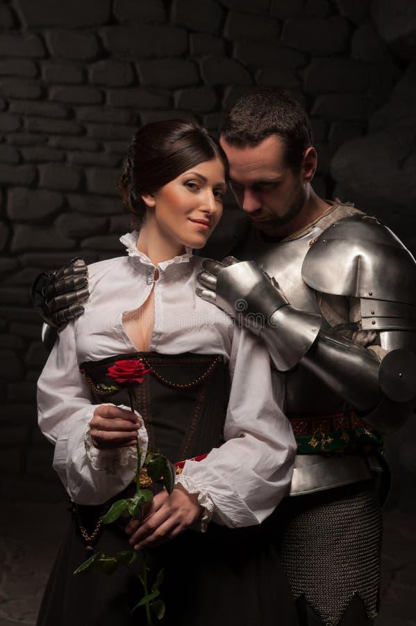 Chevalier donnant une rose à la dame image libre de droits