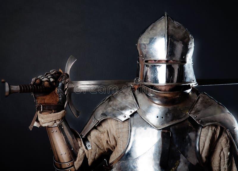 Chevalier grand retenant son épée photographie stock