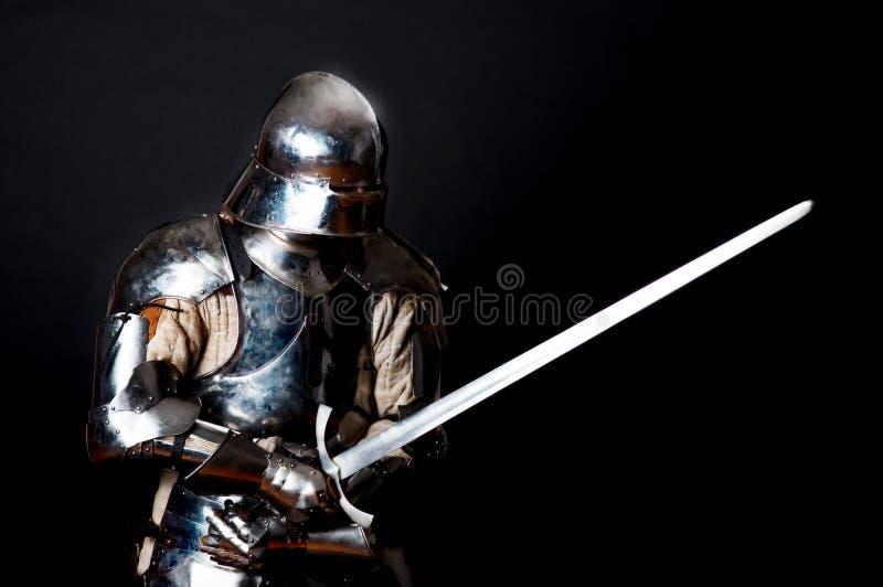 Chevalier lourd en position de combat images stock