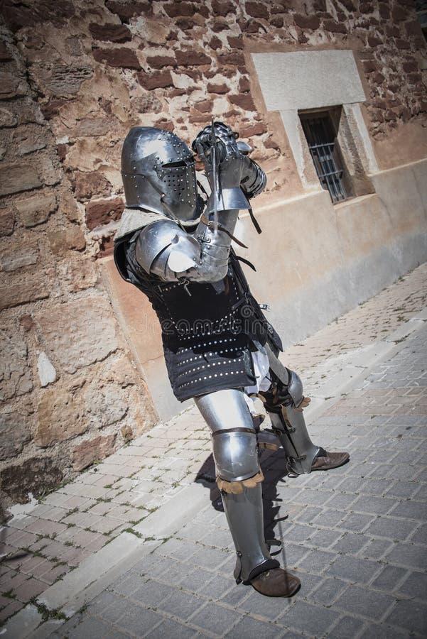 Chevalier médiéval avec l'armure s en métal xiv reconstitution photo stock