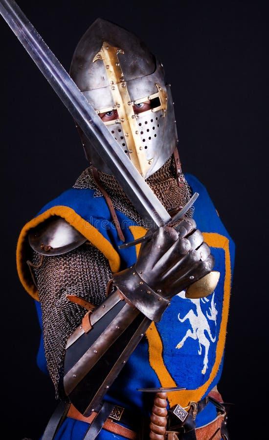 Chevalier posant avec l'épée photo libre de droits