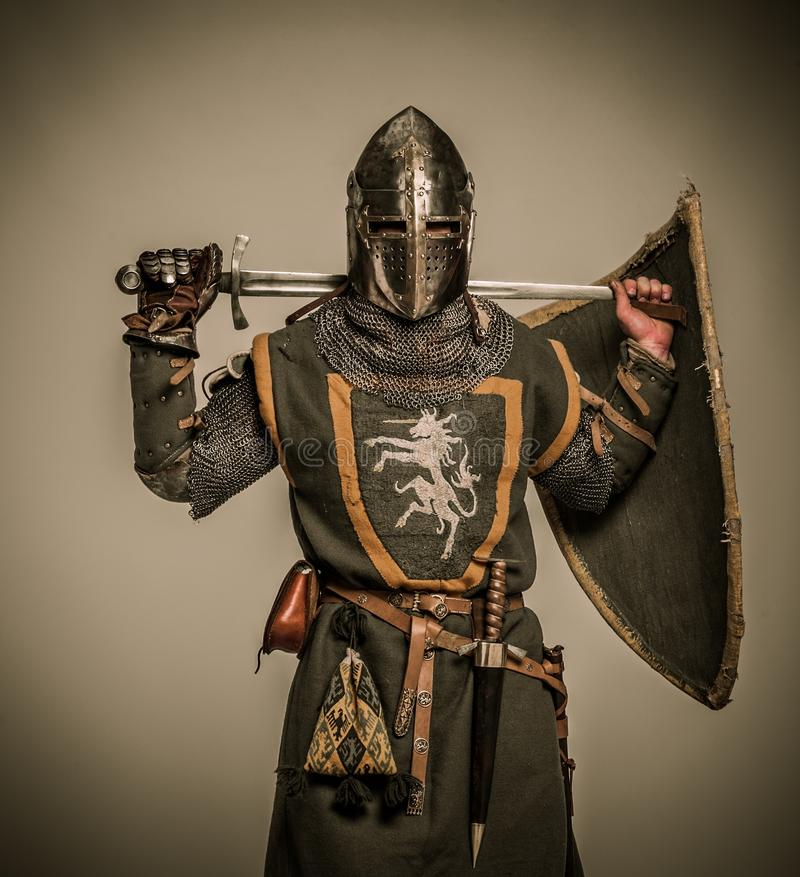 Chevalier retenant l'épée derrière le sien en arrière images stock