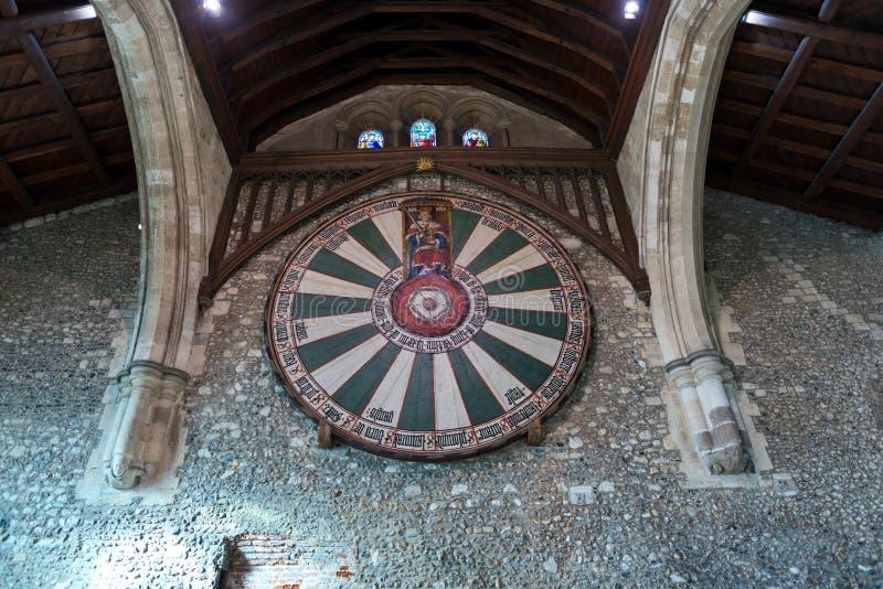 Chevaliers du symbole de table ronde dans le château photos stock