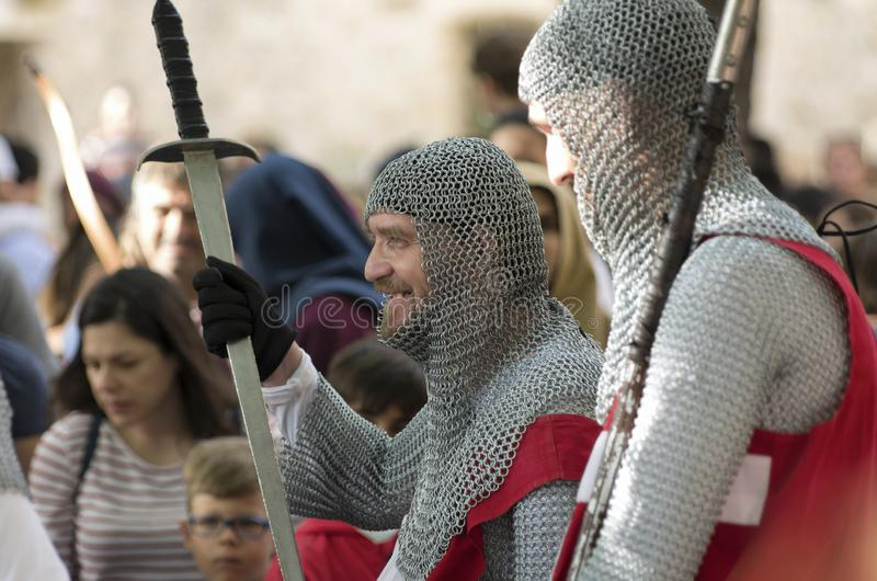 Chevaliers-hospitallers chrétiens avec l'épée et la lance photo libre de droits