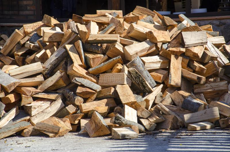 Chevauchement du bois de chauffage haché photographie stock