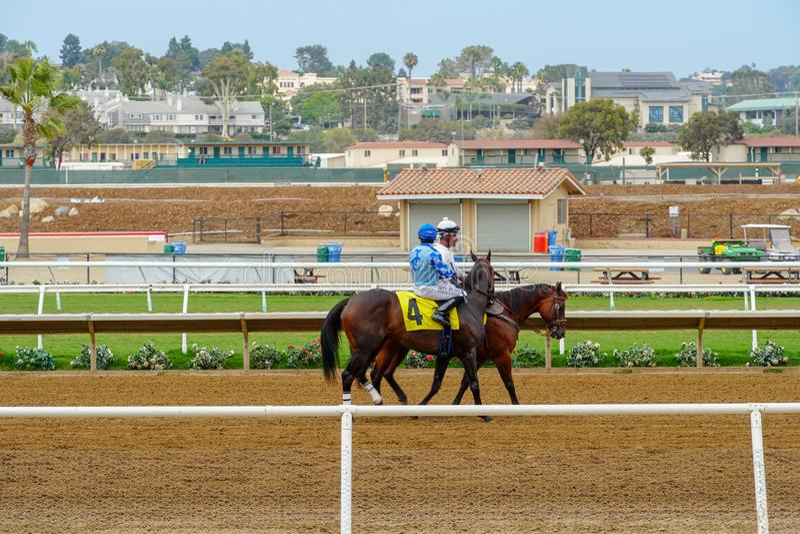 Chevaux avec des jockeys sur la piste de course se préparant à la course à l'hippodrome de Del Mar image libre de droits