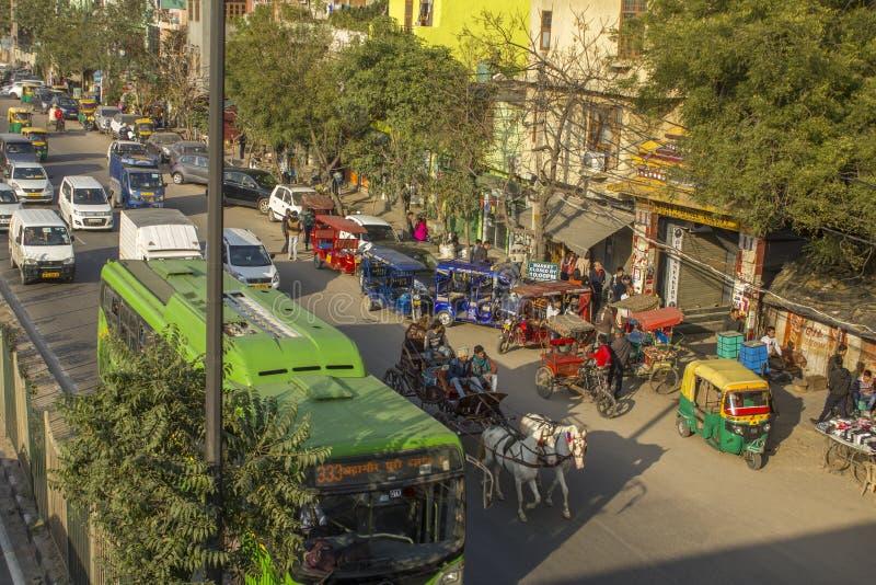 Chevaux avec un chariot dans la circulation urbaine dans la perspective du stationnement avec des pousse-pousse, vue aérienne photo libre de droits