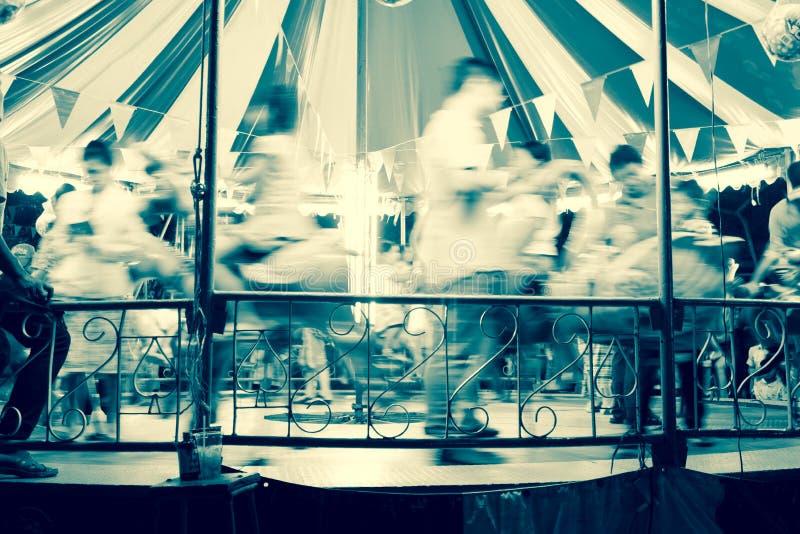 Chevaux de carrousel de tache floue de mouvement images stock