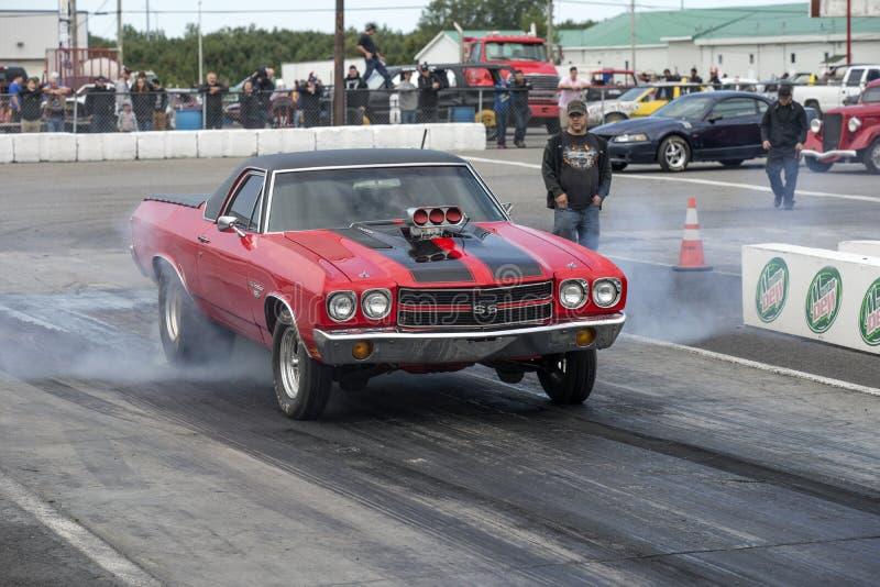Chevelle di Chevrolet che fa un burnout alla linea di partenza fotografia stock
