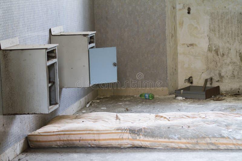 Chevet dans l'hôpital abandonné image stock
