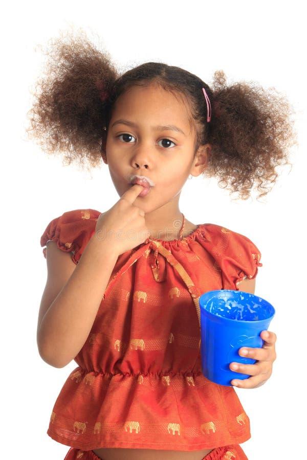 Cheveu asiatique d'enfants afro-américains le long boit du lait photographie stock