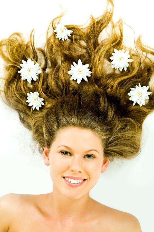 Cheveu avec des fleurs photographie stock libre de droits