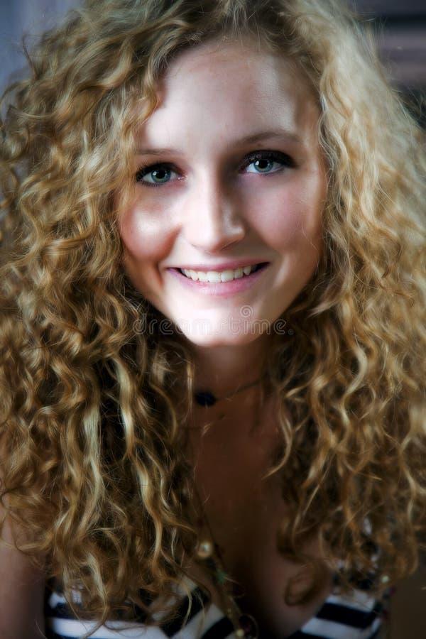 Cheveu bouclé de l'adolescence photos stock