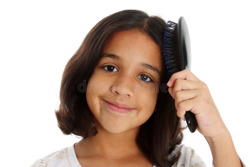 Cheveu de brossage de fille images libres de droits